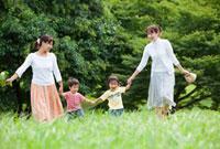 公園を手をつないで歩く2組の親子 22946001754| 写真素材・ストックフォト・画像・イラスト素材|アマナイメージズ