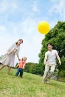 公園で黄色い風船で遊ぶ親子 22946001764| 写真素材・ストックフォト・画像・イラスト素材|アマナイメージズ
