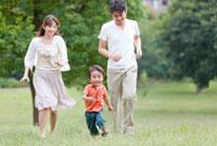 公園で両親の前を走る息子 22946001769| 写真素材・ストックフォト・画像・イラスト素材|アマナイメージズ