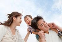 息子を肩車しながら歩く家族 22946001770| 写真素材・ストックフォト・画像・イラスト素材|アマナイメージズ