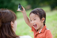 ご飯粒を付けて母親とおにぎりを食べる息子 22946001775| 写真素材・ストックフォト・画像・イラスト素材|アマナイメージズ