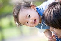 公園で遊ぶ娘と母親 22946001801| 写真素材・ストックフォト・画像・イラスト素材|アマナイメージズ