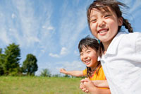 公園を走る女の子たち 22946001886| 写真素材・ストックフォト・画像・イラスト素材|アマナイメージズ