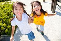 公園を走る女の子たち 22946001889| 写真素材・ストックフォト・画像・イラスト素材|アマナイメージズ