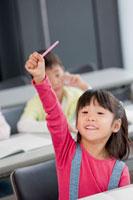 授業中に手を挙げる女の子 22946001917  写真素材・ストックフォト・画像・イラスト素材 アマナイメージズ