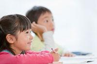 勉強中の小学生 22946001921  写真素材・ストックフォト・画像・イラスト素材 アマナイメージズ