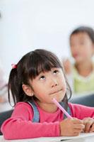 勉強中の小学生 22946001924  写真素材・ストックフォト・画像・イラスト素材 アマナイメージズ