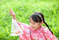 袋に入った金魚を見て笑う女の子
