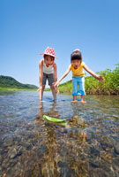 川に笹舟を浮かべて遊ぶ女の子たち 22946002040| 写真素材・ストックフォト・画像・イラスト素材|アマナイメージズ