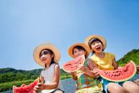 川でスイカを食べる女の子たち 22946002046| 写真素材・ストックフォト・画像・イラスト素材|アマナイメージズ