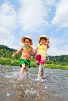 川で遊ぶ姉と弟