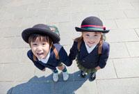 手をつないで見上げる幼稚園児 22946002184| 写真素材・ストックフォト・画像・イラスト素材|アマナイメージズ