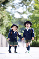 手をつないで走る幼稚園児 22946002190  写真素材・ストックフォト・画像・イラスト素材 アマナイメージズ