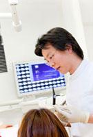 患者を診察する歯科医師