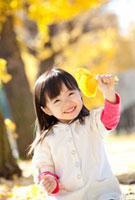 イチョウの葉を持って笑う女の子