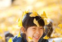 落ちてくるイチョウの葉で遊ぶ女の子 22946002306| 写真素材・ストックフォト・画像・イラスト素材|アマナイメージズ