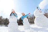 雪だるまで遊ぶ姉妹 22946002432| 写真素材・ストックフォト・画像・イラスト素材|アマナイメージズ