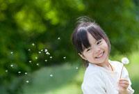 タンポポの綿毛を見て笑う女の子 22946002516| 写真素材・ストックフォト・画像・イラスト素材|アマナイメージズ