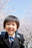 桜並木と新一年生