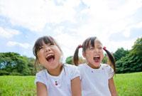 公園で笑う姉妹 22946002615  写真素材・ストックフォト・画像・イラスト素材 アマナイメージズ