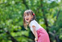 公園で笑う女の子 22946002623| 写真素材・ストックフォト・画像・イラスト素材|アマナイメージズ