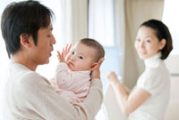 赤ちゃんを抱くイクメン中の父親と洗濯物をたたむ母親 22946002687| 写真素材・ストックフォト・画像・イラスト素材|アマナイメージズ