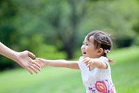 公園で手を差しのべて母親に走り寄る娘 22946002688| 写真素材・ストックフォト・画像・イラスト素材|アマナイメージズ
