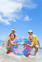 海で遊ぶ4人家族 22946002689| 写真素材・ストックフォト・画像・イラスト素材|アマナイメージズ