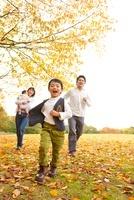 紅葉の公園を走る4人家族 22946002789| 写真素材・ストックフォト・画像・イラスト素材|アマナイメージズ
