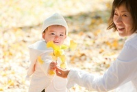 イチョウの葉を持つ娘と母親 22946002795| 写真素材・ストックフォト・画像・イラスト素材|アマナイメージズ