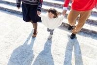 手をつないで階段を下りる娘と両親 22946002807| 写真素材・ストックフォト・画像・イラスト素材|アマナイメージズ
