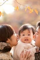 紅葉の公園で笑う親子