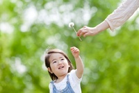 新緑の公園で母親からタンポポをもらう女の子 22946002924| 写真素材・ストックフォト・画像・イラスト素材|アマナイメージズ