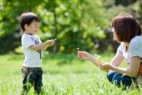 公園で花を持って母親と遊ぶ男の子 22946002942| 写真素材・ストックフォト・画像・イラスト素材|アマナイメージズ
