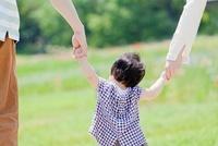 公園を娘と手をつないで歩く3人家族の後ろ姿 22946002998| 写真素材・ストックフォト・画像・イラスト素材|アマナイメージズ
