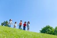 公園の丘の上で遊ぶ子供たち