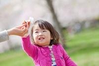 公園で母親から桜の花をもらう娘 22946003236| 写真素材・ストックフォト・画像・イラスト素材|アマナイメージズ