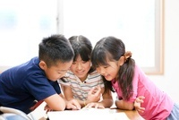 教室で話し合う小学生たち