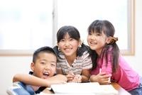 教室で笑う小学生たち