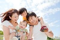 公園で笑う4人家族