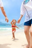 海辺を両親と走る娘 22946003451| 写真素材・ストックフォト・画像・イラスト素材|アマナイメージズ