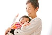 リビングで遊ぶ女の子と母親 22946003589| 写真素材・ストックフォト・画像・イラスト素材|アマナイメージズ