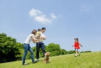 公園で遊ぶ4人家族と犬 22946004366| 写真素材・ストックフォト・画像・イラスト素材|アマナイメージズ