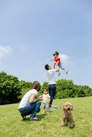 公園で遊ぶ4人家族と犬 22946004444| 写真素材・ストックフォト・画像・イラスト素材|アマナイメージズ