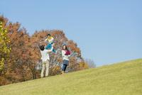 紅葉の公園で遊ぶ4人家族 22946004605| 写真素材・ストックフォト・画像・イラスト素材|アマナイメージズ