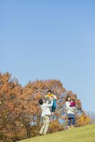 紅葉の公園で遊ぶ4人家族 22946004617| 写真素材・ストックフォト・画像・イラスト素材|アマナイメージズ