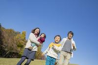 紅葉の公園を走る4人家族 22946004651| 写真素材・ストックフォト・画像・イラスト素材|アマナイメージズ