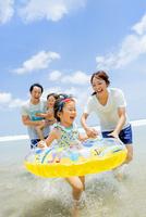 海水浴の4人家族