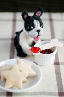 フェルト製の犬とクッキーとジャム