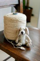 フェルト製の犬と麻ひも
